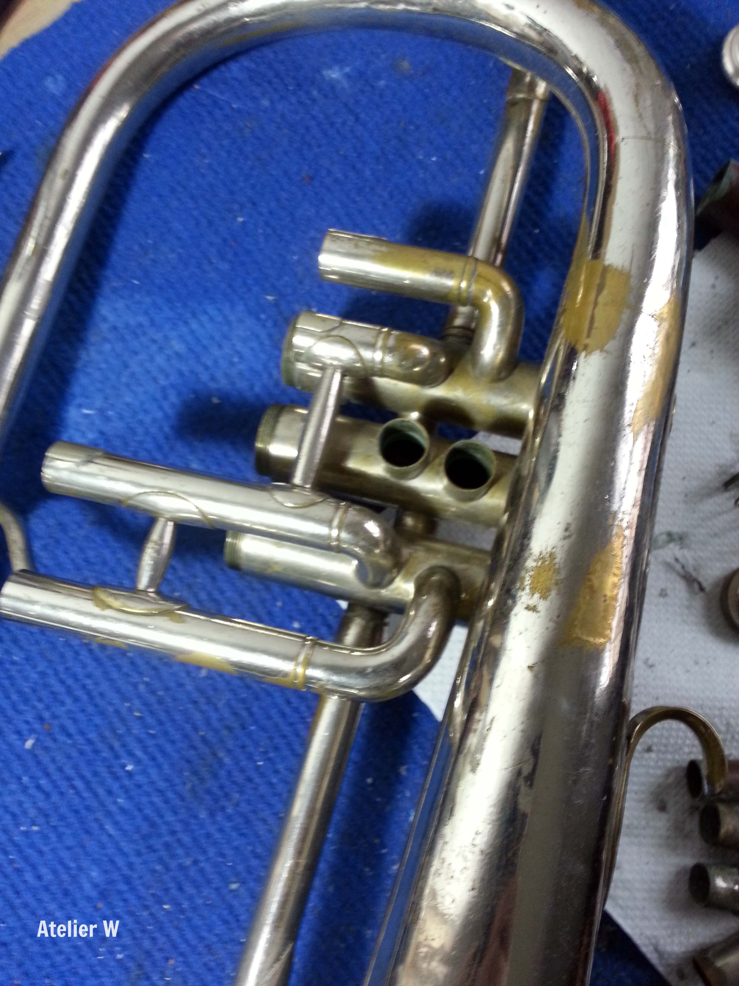 Pose d'un patch en laiton sur un bugle